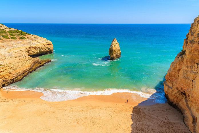 Plaja Praia do Carvalho din Portugalia - una dintre cele mai frumoase plaje din Europa