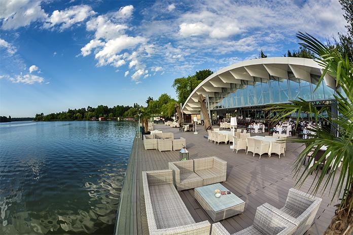 Hotel Club Snagov, terasă cu priveliște către lac - hoteluri de lux din România